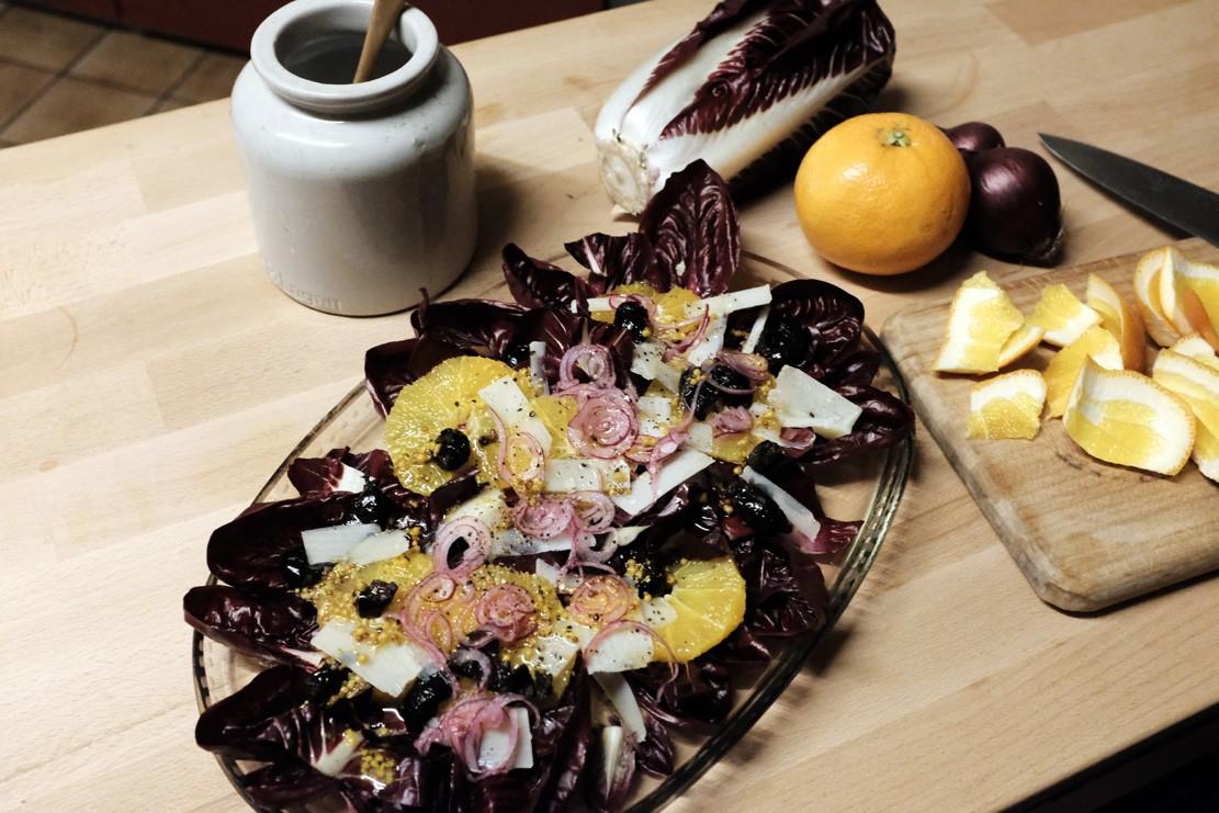Cicorino Rosso Salat mit Orangen, schwarzen Oliven und Parmesan